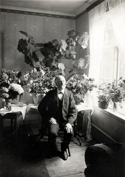 Foto från Skarke-Varnhems Hembygdsförenings Digitala Arkiv, G. 1 (1) Per August Pettersson, Hålltorp, född 21/9 1837 och död 15/1 1936 (99 år gammal).