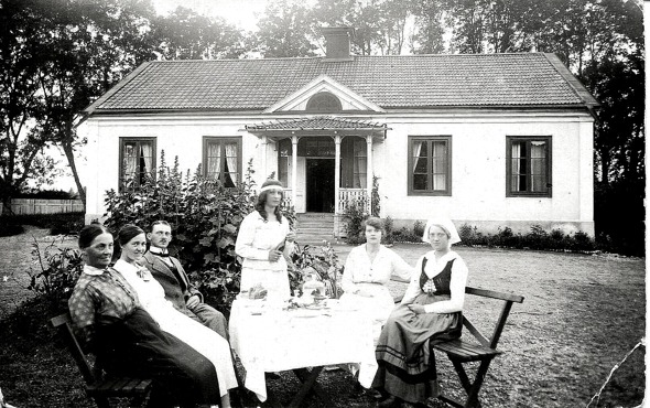 Trädgårdsmästarbostad Örbyhus slott. Bild Eva Fridén Jansson i Skövde.  Från vänster Hermans mor Johanna, hustrun Judith, Herman själv, döttrarna Margareta och Ingeborg  samt en syster till Herman.
