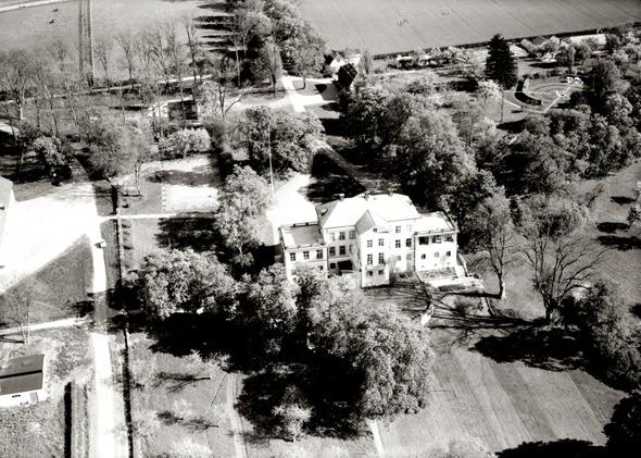 Hällekis egendom med omgivande trädgård 1955. Bild från Västergötlands Museum - bildarkivet;  A145051:2351 Fotograf: AB Flygtrafik, Dals Långed