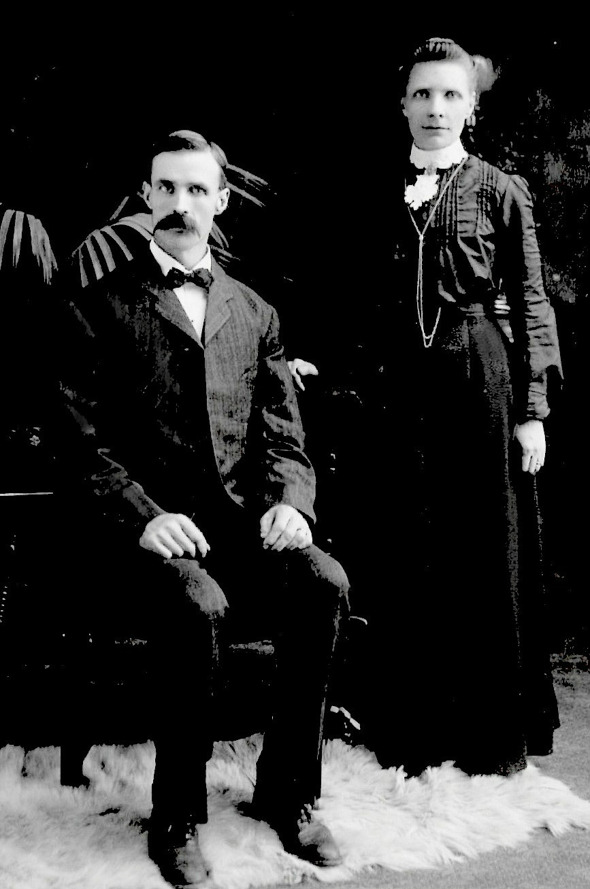Carl Johan Carlberg, born 1867 and his wife Augusta Lavinia Glans, born 1870. Click the picture for a smaller version.