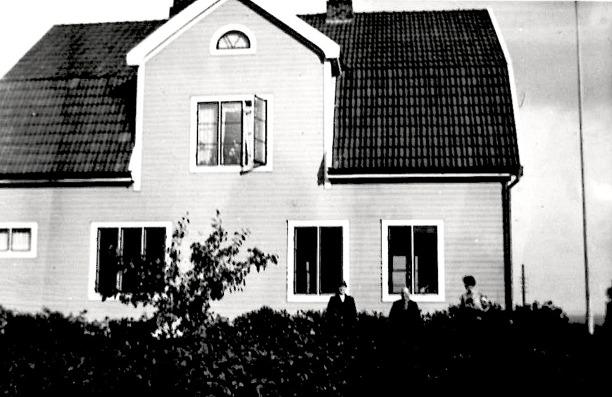 Hus från Jons Månsgård, Carlshem, Skultorp - ett sista hem för Frans Gustaf och hans hustru Maria. På bilden troligen Frans Gustaf och Maria 1931, strax före hennes död. Vid den tiden hade de också en inneboende i Ejnar Hjalmar Alexius Andersson, född i Varnhem 1906 27/9  - resepredikant som flyttar in 1930 från Säter och vidare till Kalmar 1931. Han var deras tidigare fosterson.