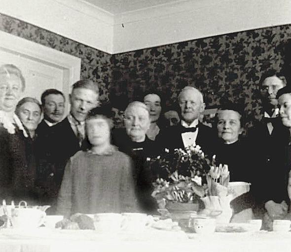 Maria Elisabeth och Frans Gustaf i mitten av fotot i sitt nya hem Carlshem 1930.- troligen står Einar Dahlberg t v om fostermodern Maria. Bild från Eric Carlberg, USA, 2015