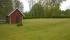 Gräsytor vid äldre huset
