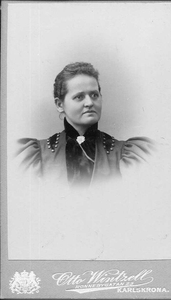 Almas moster Augusta flyttar till Ramdala och Alma flyttar till henne som mejerska 1897. Moster Augusta, som var mejerska och Alma jobbade på samma mejeri. Alma är kvar i Ramdala till 1899. Bilder från Birgit Larsson, Skövde, 2016 - dotterdotter till Alma.