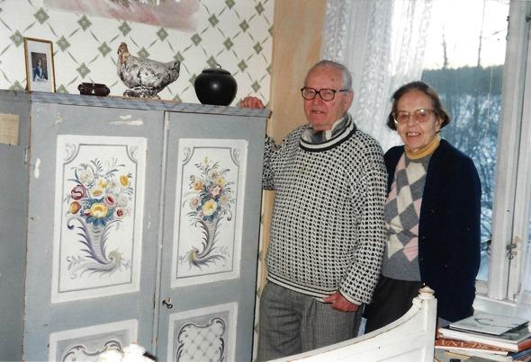 Ulla och Bo Gyllensvard vid John G Grönvalls skåp - bild från Verna Andersson, Ljungstorp, 2016