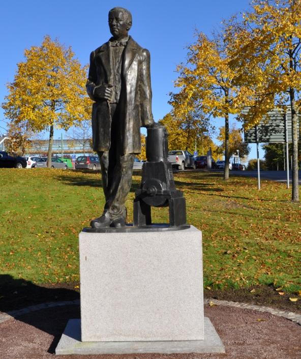 Staty uppförd i Skövde föreställande 'John G' Grönvall utförd av Sam Westerholm, Stockholm (Bild wikicommon)