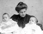 1906 föds tvillingarna Rut & Ingeborg. Bild från Birgit Larsson, Skövde 2015