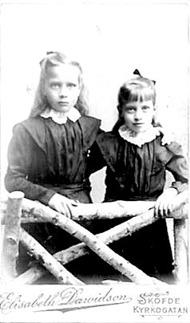 Karin  och Elvira som unga fosterdöttrar hos Karl & Charlotta - bild Marianne Ledhagen