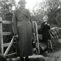 Linneas mamma Emma Mellblom och Astrids lekkamrat Siv i Aspelund