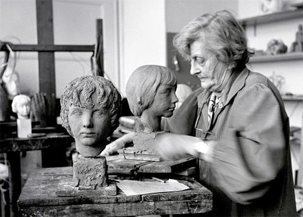 Astri skulpterar i sin ateljé. (Foto: Bo Tak)