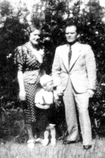 Bild av familjen Eriksson - foto från Gunnel Reis ur Varnhemsbygden 2011
