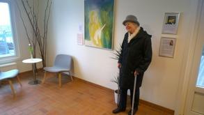 Gertrud anländer till receptionshallen med 'Flikcan och enhörningen'