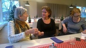 Gertrud i seriöst samtal med t f rektor Annika Falk och Bojuslänningens journalist lyssnar och skriver