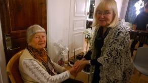 Birgitta Sträng lämnar över en blomsterhyllning från de nedresta Ljungstorps och Varnhemsborna
