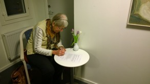 Gudrun signerar donationsavtalet