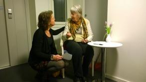 T f rektor Annika Falk ochGudrun signerar donationsavtalet