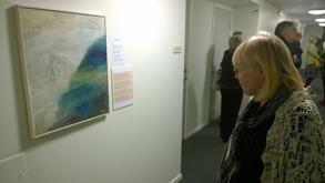 Birgitta Sträng beundrar en tavla