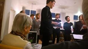 Gertrud lyssnar till 12-tons körsång