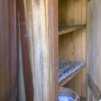 Skåpen i verandan står öppan och lutar betänkligt