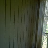 Pärlspånt på väggarna mot fönstret