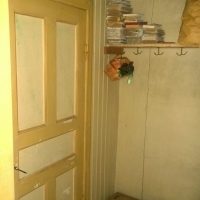 In mot rummet är dörren blockerad