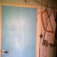 Hallen vid köksingången har en oöppningsbar dörr till nästa rum ....