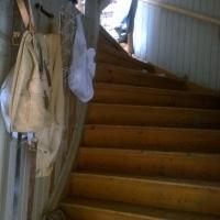 tillbaka vid köksingången går den breda trappan upp till vinden