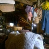 på vinden hänger fortfarande den sista tvätten på tork, mössen lever runt och bråten täcker nästa hela vinden