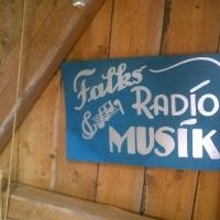 på väggen Simon Falks skylt för affäre med musik och radio