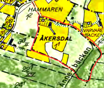 Klicka på bilden för att se kartan större! 1960 års karta över Åkersdal öster om Ljungstorpsvägen mot Skövde med Änne-bäcken rinnande över del av ägan. Sydost om ladugården syns också Ullbergs smedja.