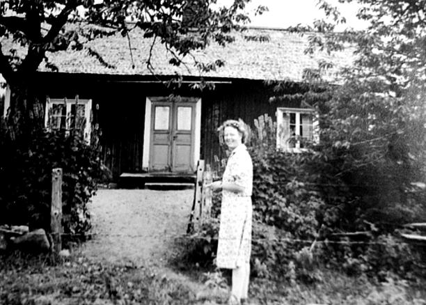 Dotter Lilly Lindgren (min mor) utanför Smedstorp/Kristinefors kring 1924