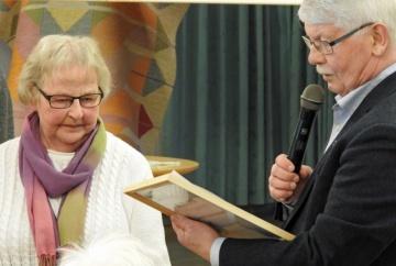 Verna tilldelas år 2017 Hembygdsförbundets diplom för långt och hängivet arbete för Skarke-Varnhems Hembygdsförening och bygdens historia. Foto Ari Laaksonen