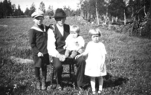 Pappa Ernst med barnen Olle, Ingrid och Karl-Erik - fotot taget våren 1931 på Klefven Ljungstorp