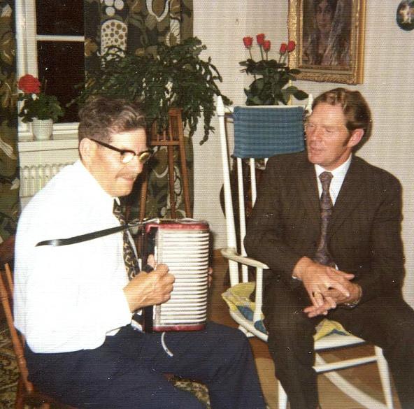 Ernst spelar tvåradigt durspel och Olle sjunger
