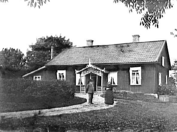 Länsman E. W. Fischer med fru utanför länsmansgården i Segerstad ca 1890 - fotograf Welin, Sanfrid