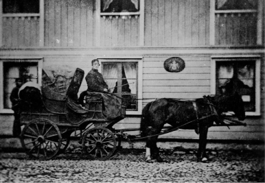 Postdiligensen Hjo - Skövde - Skara utanför Hjo gästgifveri 1850-tal gick vägen över berget i Billingeliderna förbi Djäknekrogen i ur och skur!