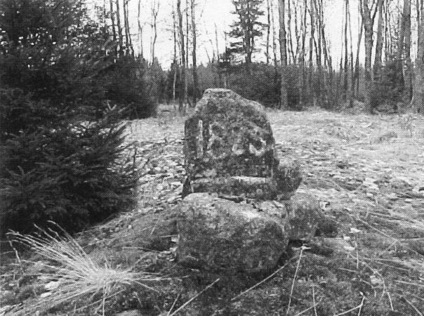 Senare uppsatt minnessten över den då sist kända avrättningen 1825 vid Larsa-backen (Djeknekrogen) . Kåkinds härads avrättningsplats. Foto Bernt Blank