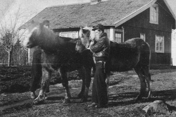 Foto från Verna Anderssons samling - baksidan av Kristinefors - här med spåntak