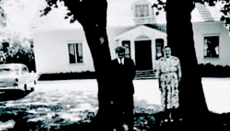 Makarna Josef och Märta Hofling framför Ängarås 1960-tal. Bild från familjen Hofling, 2014