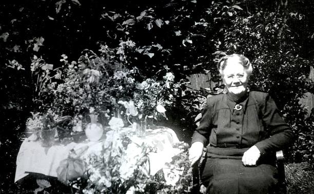 Bild från Irma Meyer, 92 år, Skövde - adoptivdotter till Emma Johansson, vid besök i Skövde 2014.