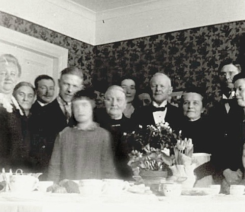 Maria Elisabeth and Frans Gustaf in the mittle of the phofo in their  new home Carlshem 1930. Einar stands on the left side of Maria.Photo from  Eric Carlberg, USA