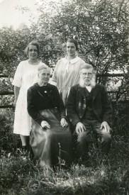 Karl, Charlotta och dotterdöttrarna Ingeborg och Ruth - som båda växte upp hos dem på Smedjebacken. Bild från Birgit Larssons samling, Skövde 2015