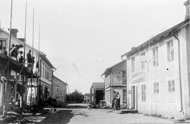 Bredgårdsgatan vid August Gustafssons nerbrunna järnaffär efter 1907. Klicka på bilden för att se den större!