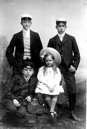 Västergötlanda Museum - bildarkivet; Bildnummer: B145164:114 Fotograf: Marina Janson  Bildtext: Kyrkoherde Armand von Sydow's barn: Kristian, Herbert, Kurt och Britt