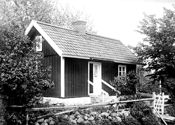 Torpet Grönhagen ca 1920. Foto förmedlat  från Mats Green, 2017. Här har taket fått tegel ovanpå spåntaket och nymurad skorsten.
