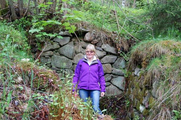 Eva-Lena Lindgren (Anna-Lisa och Thures barnbarn min kusin) i jordkällaren Hökatorp 2014