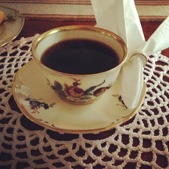 En fika med extra mamman Christina var inbokad i deras nya lägenhet och det är alltid lika mysigt då hon verkligen kör hela tråden av vett & etikett, det är enda stället då jag känner mig som en elefant i en porslinsaffär :) Ni skulle höra mig hur artigt och respektfullt jag talar och sitter och dricker kaffet som en liten madame.