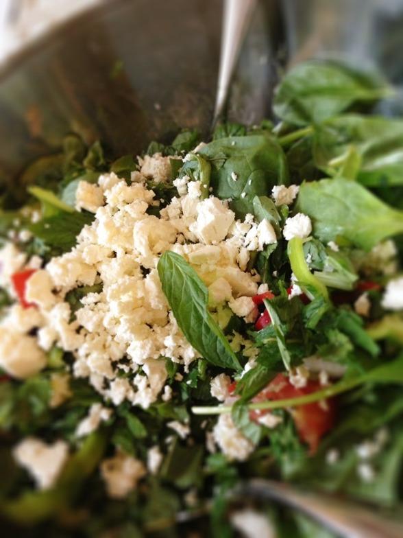 I min sallad idag fanns det bladspenat, blad persilja, mynta, korriander, röd & grön paprika, blomkål & smulad feta ost över...