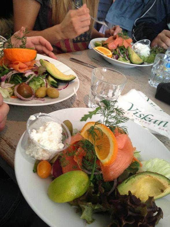 Är du sugen på en sådan sallad så finns den att köpa som City Wellness Tallrik på café Viskan i Borås, du kan välja lax eller kyckling till.