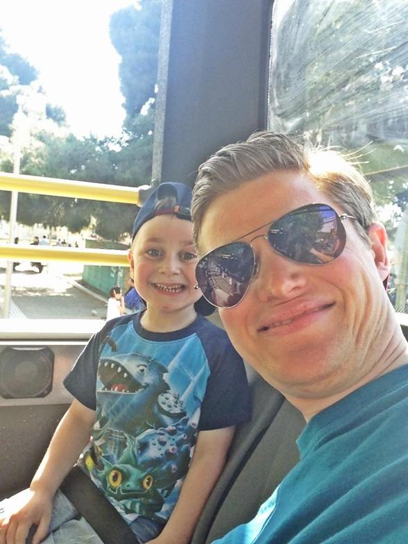 Isaac & Daniel precis när sight seeing bussen startar..